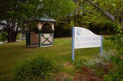 圆形建筑的公园在登上维多利亚村庄  免版税图库摄影