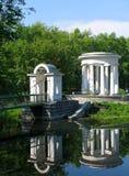 圆形建筑的池塘 库存照片