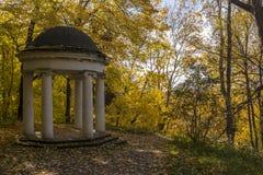 圆形建筑的眺望台在秋天公园 高尔基Leninskie,列宁小山,俄罗斯,列宁的最后地点 免版税库存图片