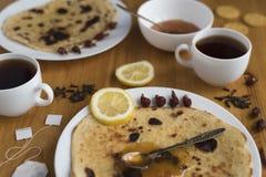 圆形蛋糕和两杯茶水平的看法  免版税库存图片