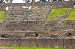 圆形露天剧场在古老罗马市波纳佩,意大利 库存照片