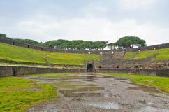 圆形露天剧场在古老罗马市波纳佩,意大利 图库摄影