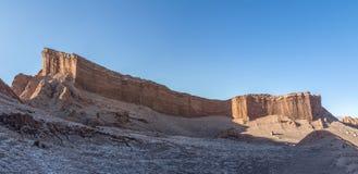 圆形露天剧场形成-阿塔卡马沙漠,智利全景在月亮谷的 免版税库存图片