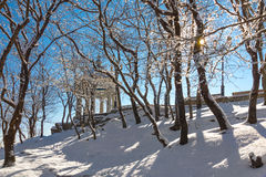 圆形建筑在冬天公园 库存照片