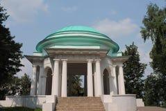 圆形建筑在城市公园 免版税库存照片