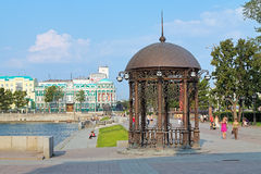 圆形建筑在城市池塘的堤防在叶卡捷琳堡 免版税库存图片