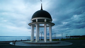 圆形建筑在彼得罗扎沃茨克码头奥涅加湖岸的在卡累利阿 库存照片