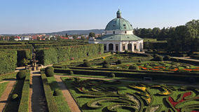 圆形建筑在花园, Kromeriz,捷克共和国里 库存图片