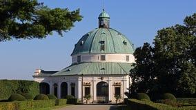 圆形建筑在花园, Kromeriz,捷克共和国里 免版税库存照片