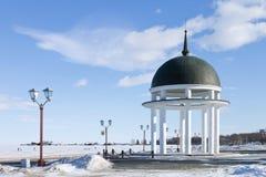 圆形建筑在Onego湖的冬天堤防在彼得罗扎沃茨克,俄罗斯 免版税库存照片