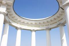 圆形建筑的白色的大厦 免版税图库摄影