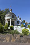 圆形建筑的水和三位一体的寺庙的祝福在解决爱德乐,索契 免版税图库摄影