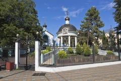 圆形建筑的水和爱德乐,索契解决手段的三位一体教会的祝福  库存照片