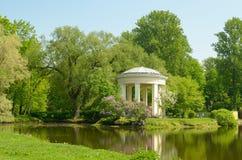 圆形建筑眺望台在公园Ekateringofka 库存图片