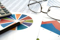 圆形统计图表和铅笔有计算器的 免版税图库摄影