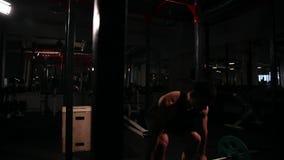 圆心脏训练为一套锻炼,一件黑T恤杉的一个人和黑裤子,鞔具设计了立方体 影视素材