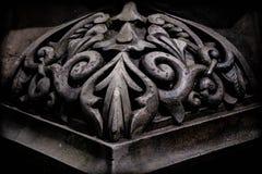 圆柱基础的黑弯曲的石角落 免版税库存图片