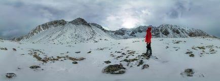 圆柱形360站立在山的全景孤独的人 免版税图库摄影