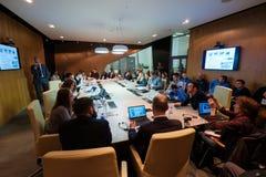 圆桌会议的人们 免版税库存图片