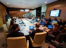 圆桌会议的人们 免版税库存照片