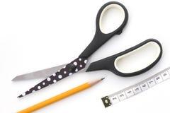 圆点剪刀、铅笔和测量的磁带 免版税库存图片