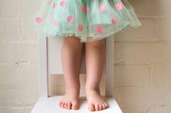 圆点裙子的小孩 库存图片