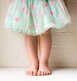 圆点裙子的小孩 免版税库存图片