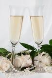 圆环、玫瑰和两块香槟玻璃 库存照片