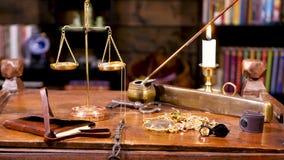 圆环、链子和宝石在桌上在重量附近 股票录像