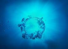 圆环和泡影从空气在水中 库存图片
