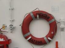 圆环在白色小船的救生圈 免版税库存照片