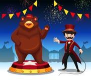 圆环大师和熊在马戏展示 免版税库存照片