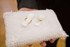 圆环的婚礼垫 婚姻白色的背景明亮的环形 库存照片