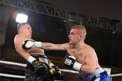 圆环的拳击手在为排列的战斗期间指向 库存图片