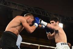 圆环的拳击手在为排列的战斗期间指向 图库摄影