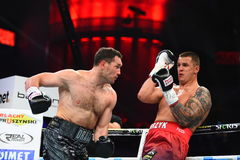 圆环的未认出的拳击手在为排列的战斗期间指向 免版税库存照片