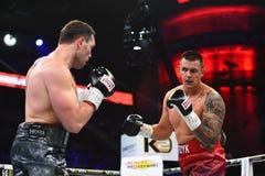 圆环的未认出的拳击手在为排列的战斗期间指向 免版税图库摄影