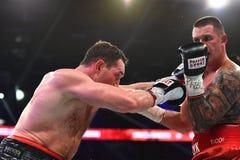 圆环的未认出的拳击手在为排列的战斗期间指向 库存照片