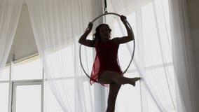 圆环的空中杂技演员 少女在空气圆环执行杂技元素 股票视频