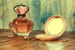 圆环,在木背景的香水 库存照片