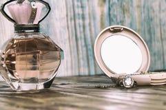 圆环,在木背景的香水 免版税库存图片