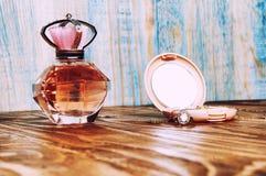 圆环,在木背景的香水 免版税图库摄影