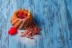 圆环结块用红色莓果在木表面 免版税库存照片