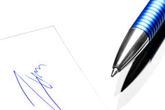 圆珠笔和一个手写的署名 图库摄影