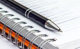 圆珠笔和办公室垫 免版税库存图片