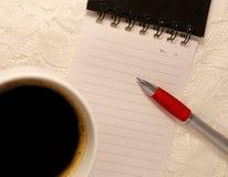 圆珠笔在从一本螺纹笔记本的空白的被排行的页说谎 库存照片