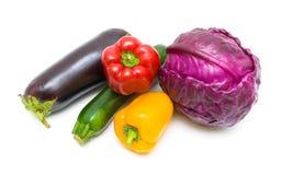 圆白菜、在白色后面和夏南瓜隔绝的胡椒、茄子 库存图片
