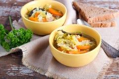 圆白菜、红萝卜和红色小扁豆汤 图库摄影