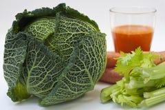 圆白菜、芹菜和红萝卜汁 库存照片