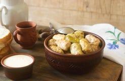 圆白菜卷服务与酸性稀奶油、面包和酒 Dolma、sarma, sarmale, golubtsy或者golabki 免版税库存照片